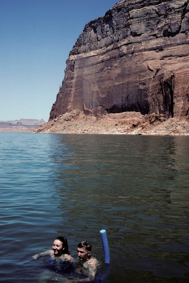 83.004     8-8-95     Lake Powell, UT-AZ., Holly, Steve, Noodle in lake